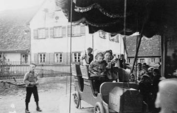 Kirchweih um 1930.auf dem Karusell vor dem Gasthaus Kranz früher Strecker im Holzauto Luise Heim und Maria Wohlfahrtjpg (1)