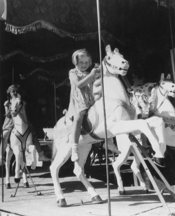 Kirchweih7Brigitte und Renate Weinberger 1955 auf dem Karusell