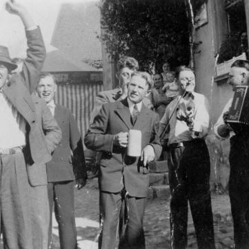 Kirchweih8Ein Prosit auf die Ampfermer Kirwa um 1930 Aufnahme vor dem Gasthaus zum Storchen
