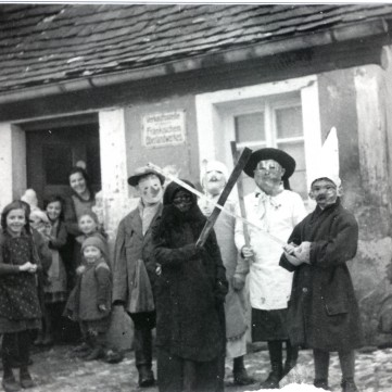 Fasching 1939 vor dem Anwesen Erhard jetzt Magnani I